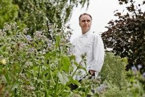 Christoph Menge im Kräutergarten